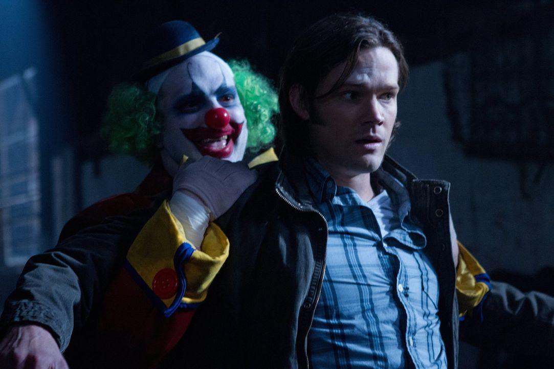 Sam (Jared Padalecki, r.) muss sich seiner Kindheitsangst stellen, als er und Dean einen Fall mit Clowns (Mike Roselli, l.) in Kansas übernehmen ... - Bildquelle: Warner Bros. Television