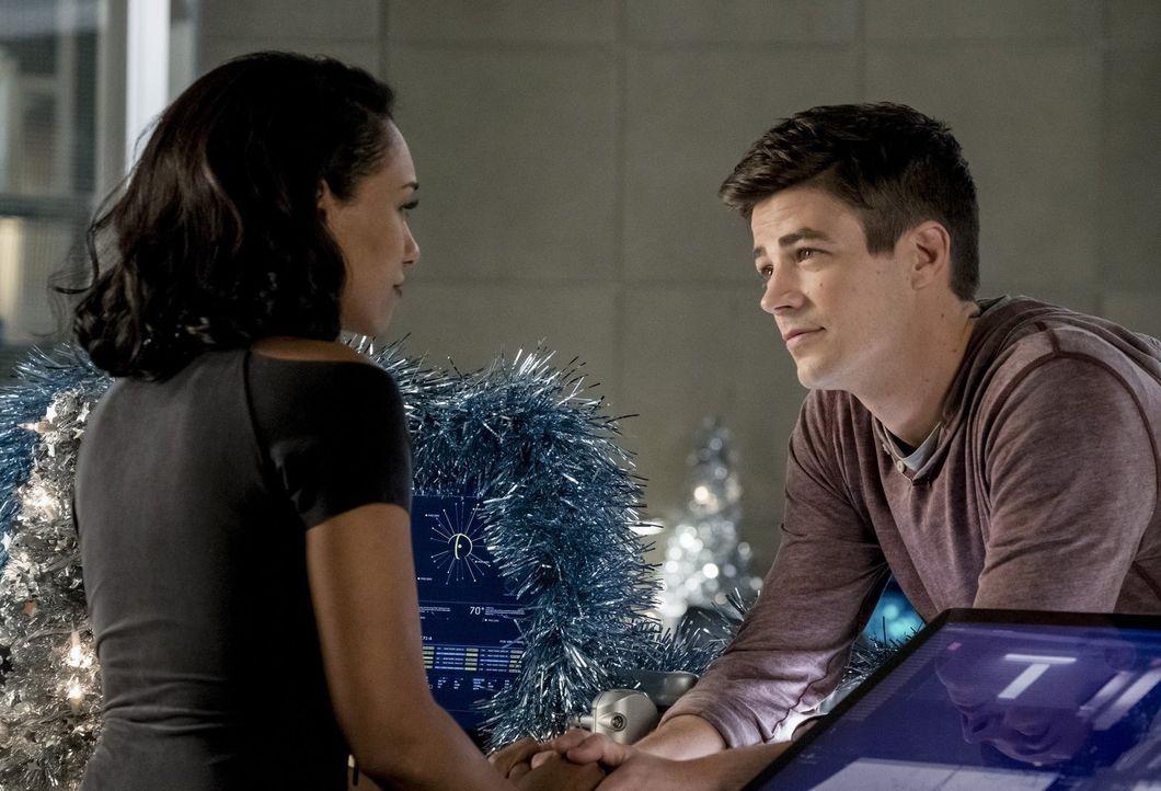 Seitdem Iris (Candice Patton, l.) und Barry (Grant Gustin, r.) verheiratet sind, nutzt Barry seine Kräfte viel seltener ... - Bildquelle: 2017 Warner Bros.