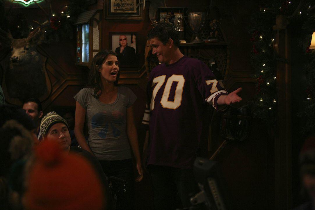 In den Tagen vor Weihnachten hat Robin (Cobie Smulders, l.) heftiges Heimweh nach Kanada. Um dieses zu lindern, nimmt Marshall (Jason Segel, r.) sie... - Bildquelle: 20th Century Fox International Television