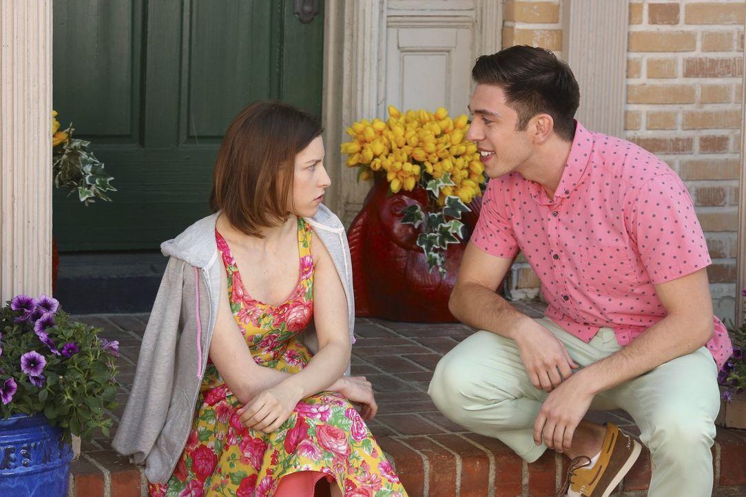 Sue (Eden Sher, l.) spricht unter anderem mit Brad (Brock Ciarlelli, r.) über das College-Leben, während Axl ausgerechnet den letzten College-Test v... - Bildquelle: Warner Bros.