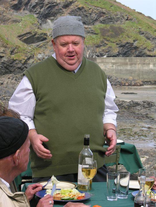 Klempner Bert (Ian McNeice) hört auf den Rat von Doc Martin, er müsse sein Leben umkrempeln. Da er gerne isst, eröffnet er ein Restaurant. Doch sein... - Bildquelle: BUFFALO PICTURES/ITV