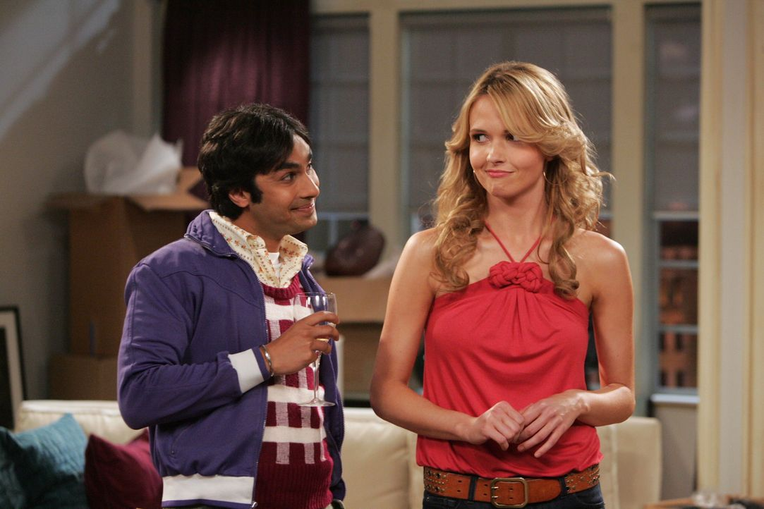 Raj (Kunal Nayyar, l.) ist sofort Feuer und Flamme von der neuen Mieterin Alicia (Valerie Azlynn, r.) ... - Bildquelle: Warner Bros. Television