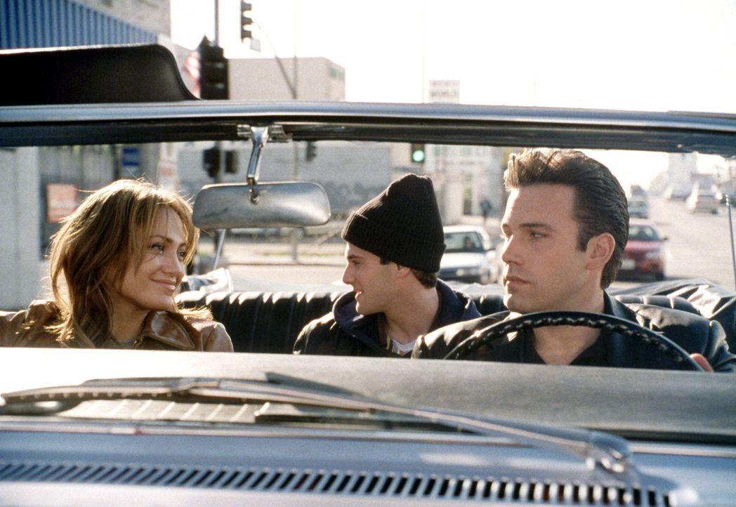 Fortan bekriegen sich der eitle Macho (Ben Affleck, r.) und die unerschütterliche Lesbe (Jennifer Lopez, l.), bis das Leben - und ihr liebenswertes... - Bildquelle: 2004 Sony Pictures Television International. All Rights Reserved.