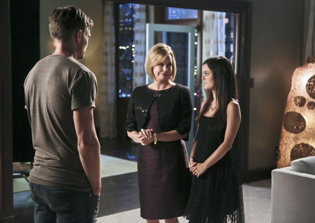 Als Zoe (Rachel Bilson, r.) vor dem Zusammentreffen mit Wade (Wilson Bethel, l.) zu ihrer Mutter Candice (JoBeth Williams, M.) flüchtet, trifft dies... - Bildquelle: 2014 Warner Brothers