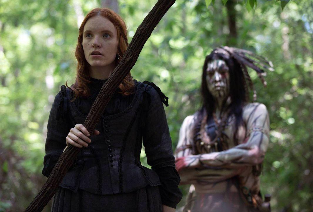 Während Anne (Tamzin Merchant, l.) im Wald auf den Eingeborenen Mohawk (David Midthunder, r.) trifft, kämpft ein andere Mann zur gleichen Zeit gegen... - Bildquelle: 2013-2014 Fox and its related entities.  All rights reserved.