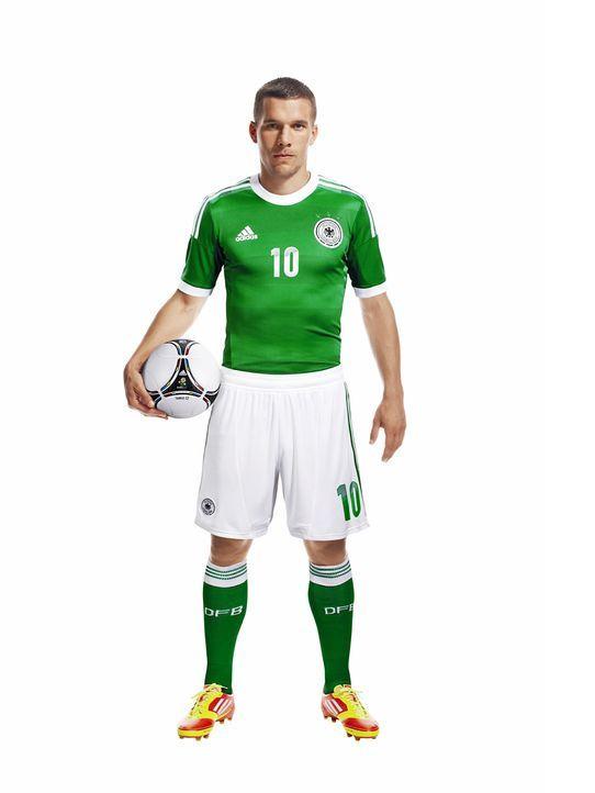Lukas-Podolski-im-neuen-Away-Jersey-adidas - Bildquelle: adidas