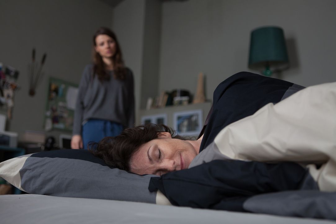 Frieda (Julia Hartmann, hinten) macht die Krebserkrankung ihrer Mutter (Sabine Vitua, vorne) sehr zu schaffen, und als Petra ihre Tochter wieder ein... - Bildquelle: Conny Klein SAT.1