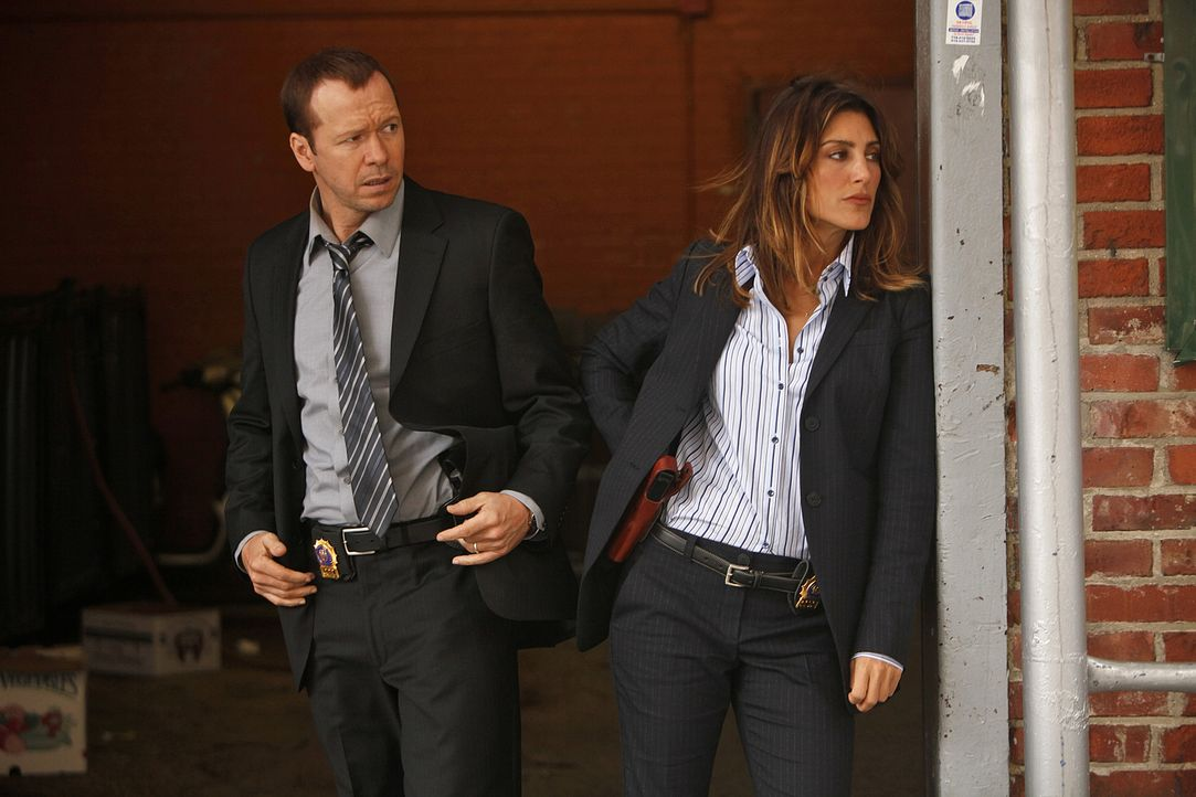 Eine Polizistin ist bei einem Einsatz erschossen worden. Danny (Donnie Wahlberg, l.) und seine neue Partnerin Jackie Curatola (Jennifer Esposito, r.... - Bildquelle: 2010 CBS Broadcasting Inc. All Rights Reserved