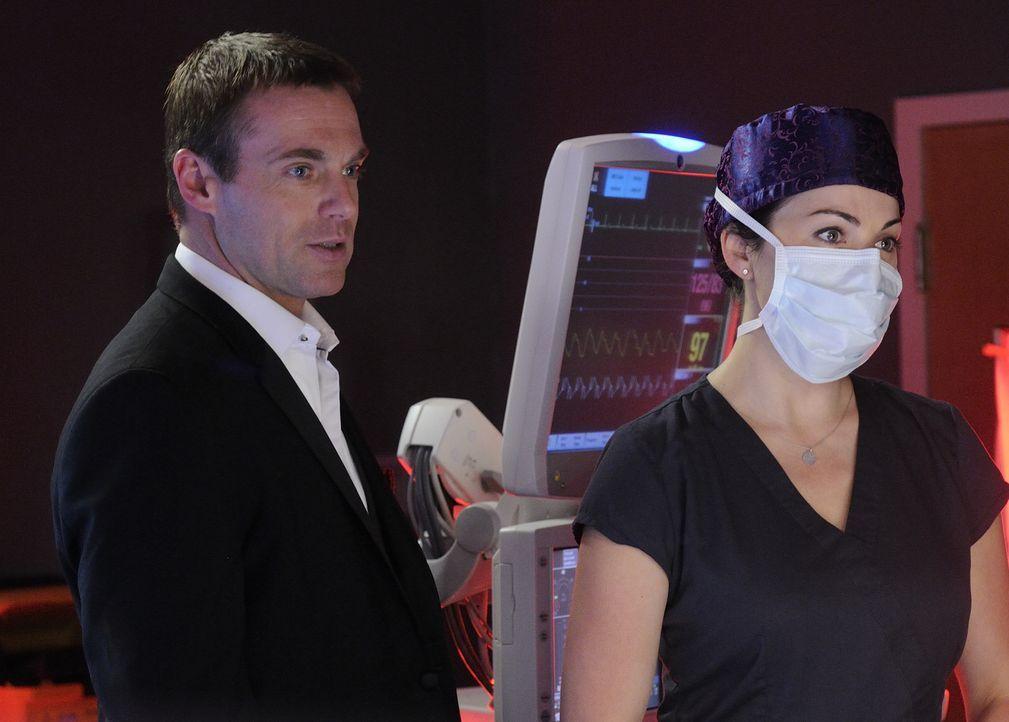 Mit einem letzten Fünkchen Hoffnung auf Genesung wird Charlie (Michael Shanks, l.) von Alex (Erica Durance, r.) operiert, während sein Geist alles g... - Bildquelle: 2013 NBC Studios, LLC