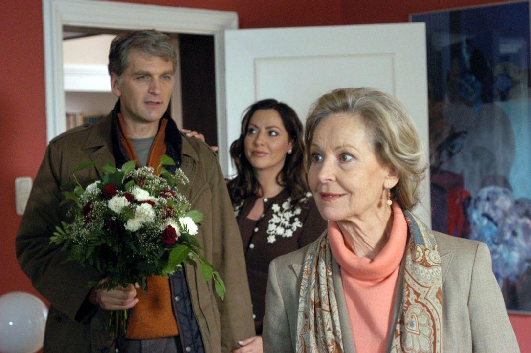 Max (Walter Sittler, l.) ist überrascht und von der Tatsache überrumpelt, dass Andrea (Simone Thomalla, M.) ohne sein Wissen seine Mutter Martha (... - Bildquelle: Sat.1