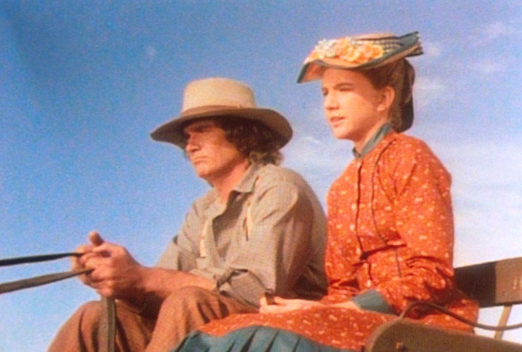 Charles (Michael Landon, l.) muss seine Tochter Laura (Melissa Gilbert, r.) von der Schule abholen, denn Almanzo behauptet, keine Zeit zu haben. - Bildquelle: Worldvision