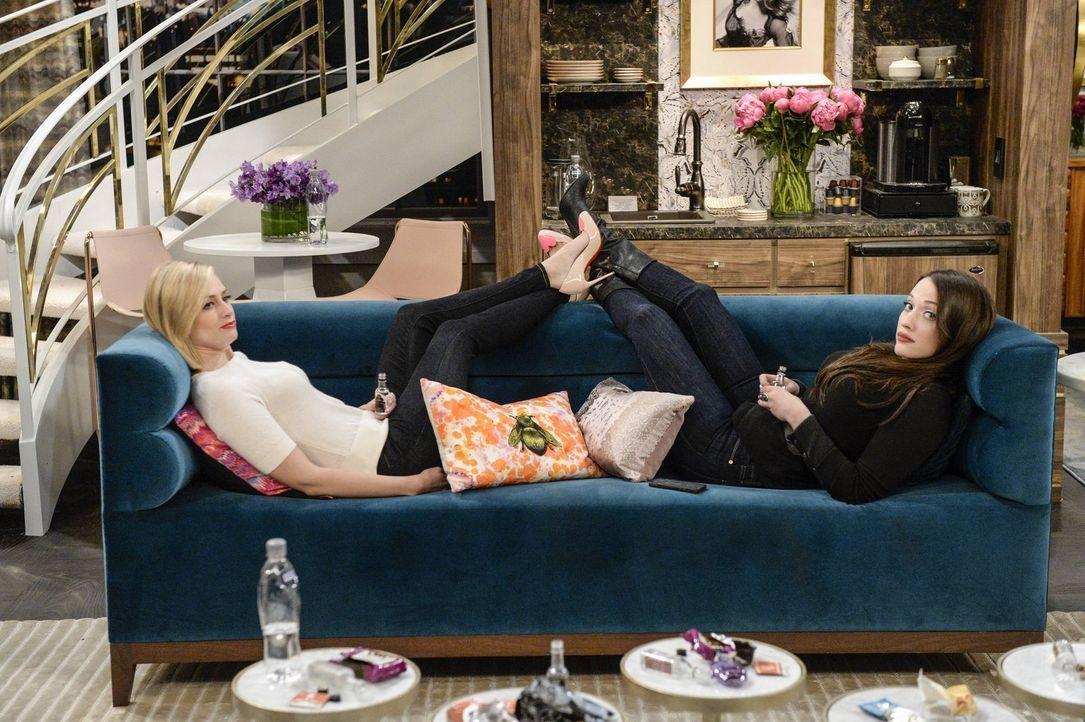 Bei einem Treffen mit den Studiochefs, die das Leben von Caroline verfilmen lassen wollen, muss Caroline (Beth Behrs, l.) eine Entscheidung bezüglic... - Bildquelle: 2016 Warner Brothers