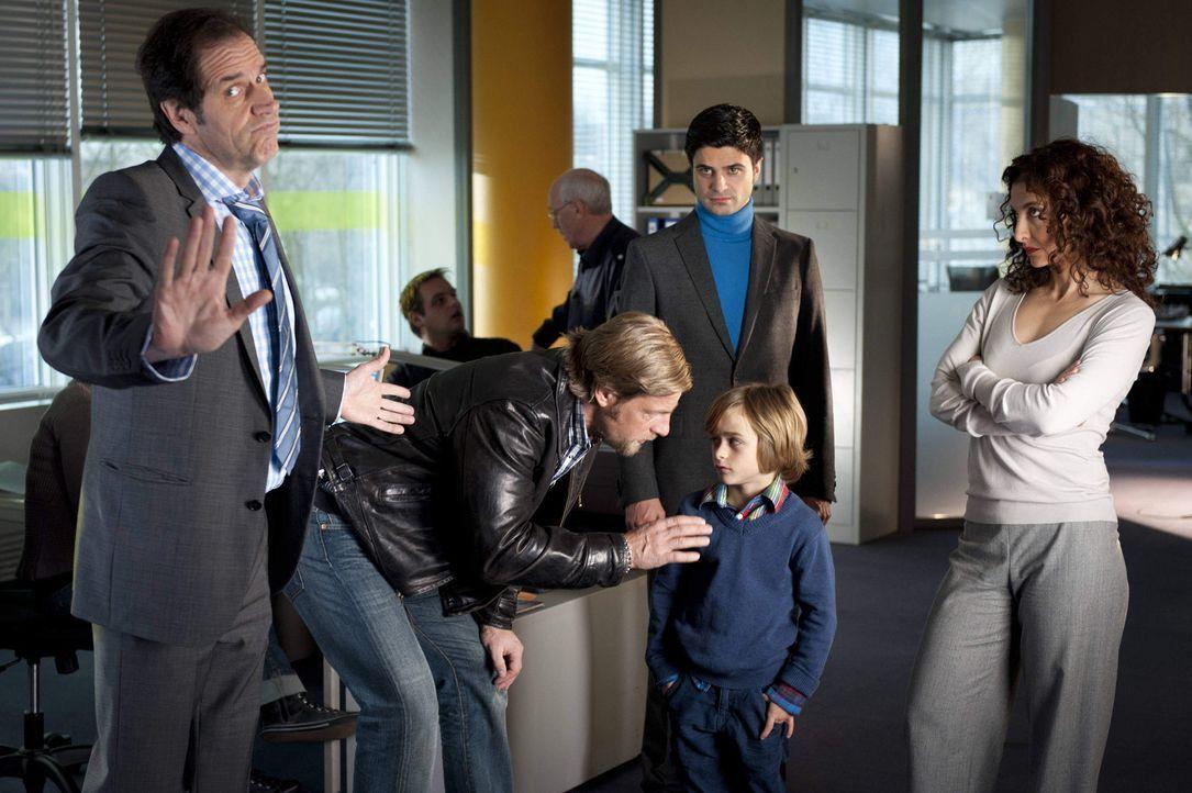 Als Mick (Henning Baum, 2.v.l.) und Andreas (Maximilian Grill, 2.v.r.) den kleinen Timo (Maurizio Magno, M.) ins Polizeipräsidium und zu Psychologin... - Bildquelle: Martin Rottenkolber SAT.1