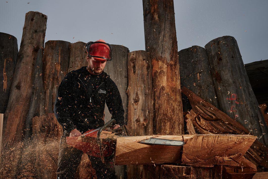Die Männer von Pioneer Log Homes können nicht nur Multimillionen-Dollar-Holzhütten bauen, sondern aus normalen Holzstümpfen einzigartige Figuren sch... - Bildquelle: 2015 Custom Carvers Productions Inc.
