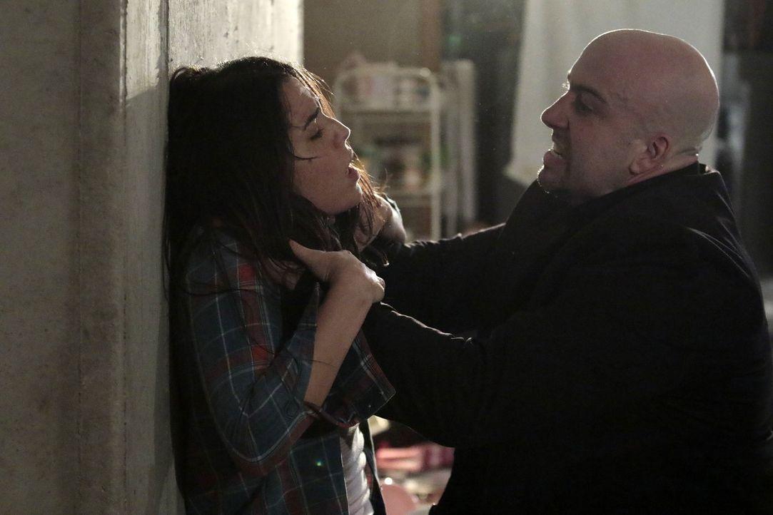 Als Zapata (Audrey Esparza, l.) undercover eiskalten Menschenschmugglern (Anthony Ferretti, r.) in die Hände fällt, droht ihr Leben eine schrecklich... - Bildquelle: Warner Brothers
