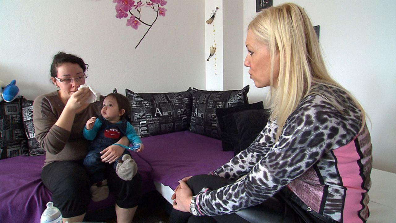 Neslihan (l.) ist mit ihrem kleinen Sohn Cinar (M.) völlig überfordert. Annett Fausten (r.) will der jungen Mutter helfen ... - Bildquelle: SAT.1