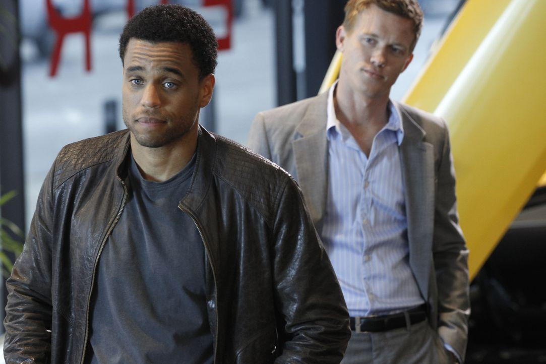 Travis Marks (Michael Ealy, l.) und Wes Mitchell (Warren Kole, r.) sind Cops beim LAPD-Morddezernat und haben ein Problem: Sie können sich nicht au... - Bildquelle: 2012 USA Network Media, LLC