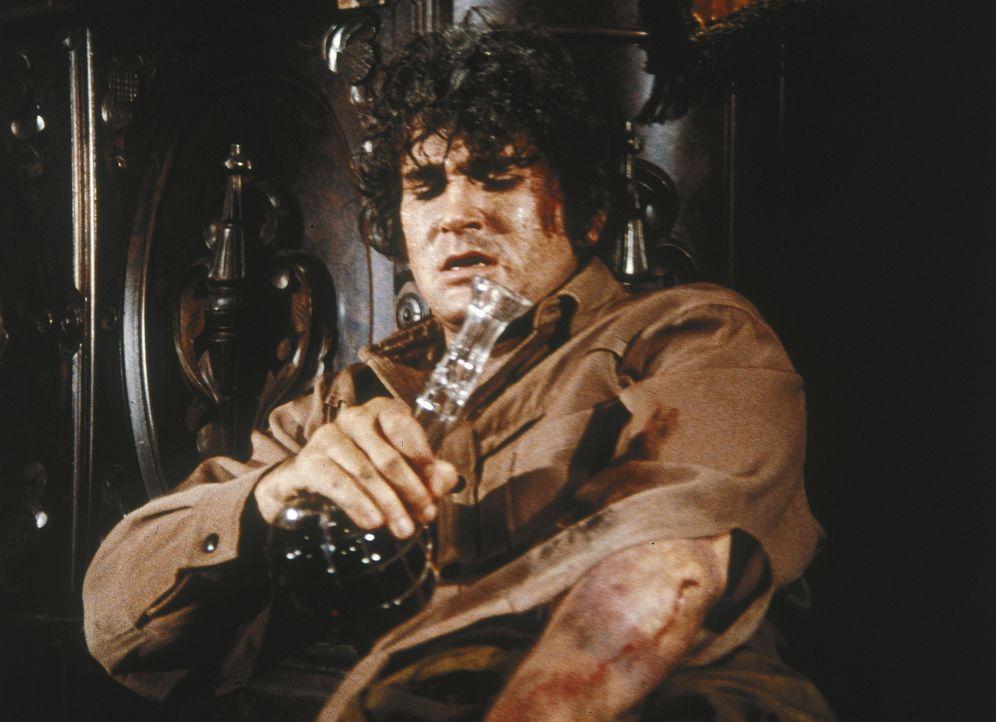 Alle Männer sind mit einem Viehtreck unterwegs. Da wird Little Joe (Michael Landon) von einem Tier schwer verletzt. Sein Arm schwillt dick an, sein... - Bildquelle: Paramount Pictures