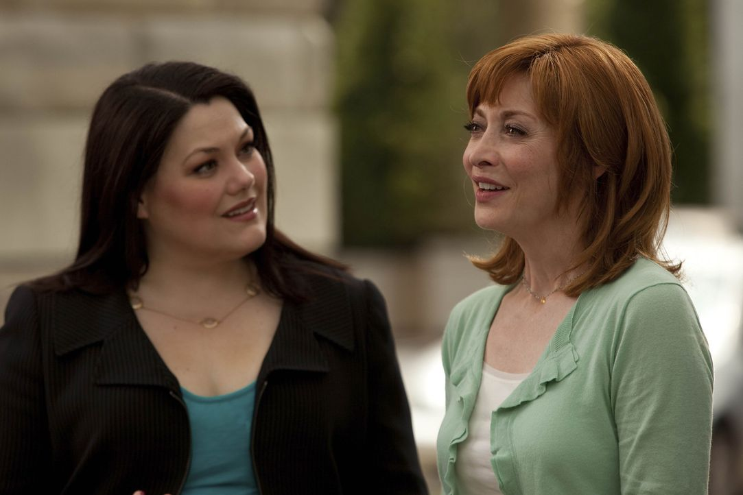 Jane (Brooke Elliott, l.) bekommt Besuch von der Mutter (Sharon Lawrence, r.) der verstorbenen Deb, welche sie darum bittet, eine gewisse Samantha z... - Bildquelle: 2009 Sony Pictures Television Inc. All Rights Reserved.
