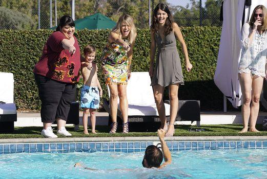 Sabrina (Sofia Black-D'Elia r.), Ben (Jack Stanton, 2.v.l.), Mickey (Kaitlin...
