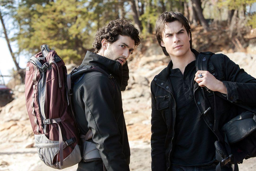 Aufs Neue gelingt es Shane (David Alpay, l.), Damon (Ian Somerhalder, r.) daran zweifeln zu lassen, ob das Heilmittel für ihn wirklich ein Segen ist... - Bildquelle: Warner Bros. Television