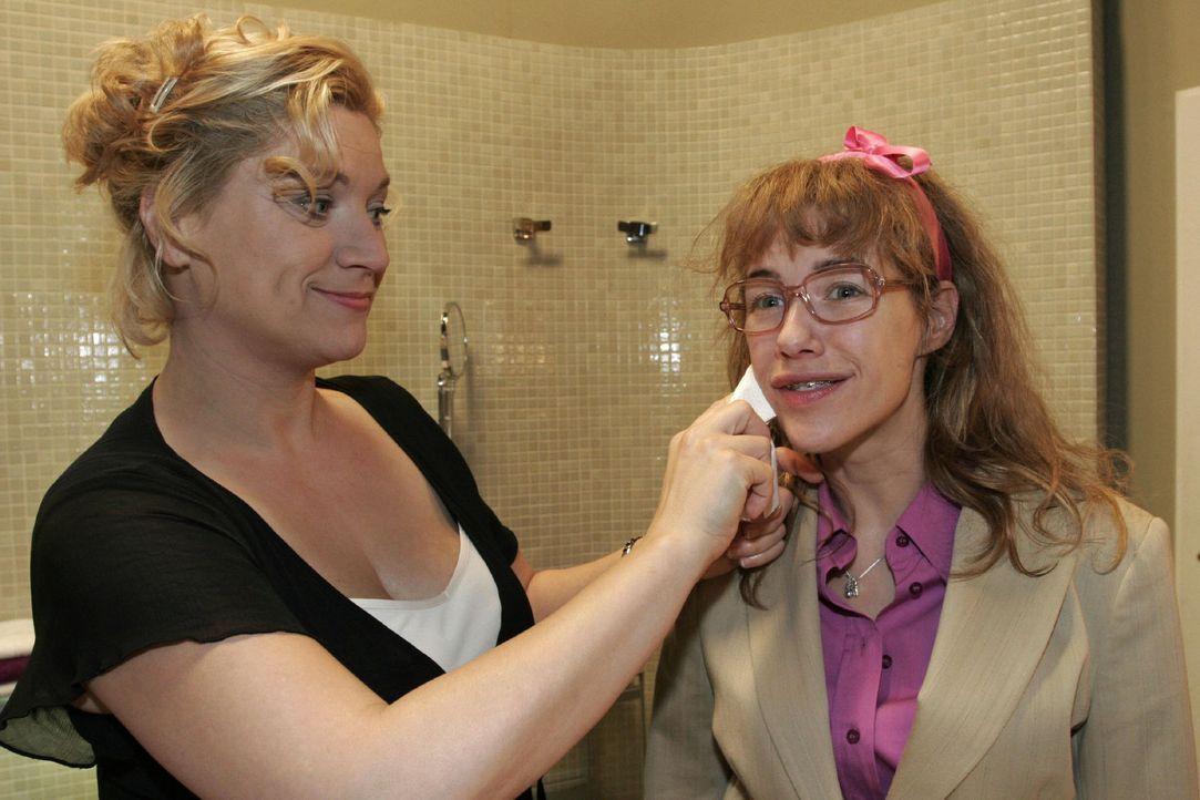 Während Agnes (Susanne Szell, l.) Lisa (Alexandra Neldel, r.) etwas Make-up aus dem Gesicht reibt, eröffnet sie ihr, dass sie sich verändern wird un... - Bildquelle: Noreen Flynn Sat.1