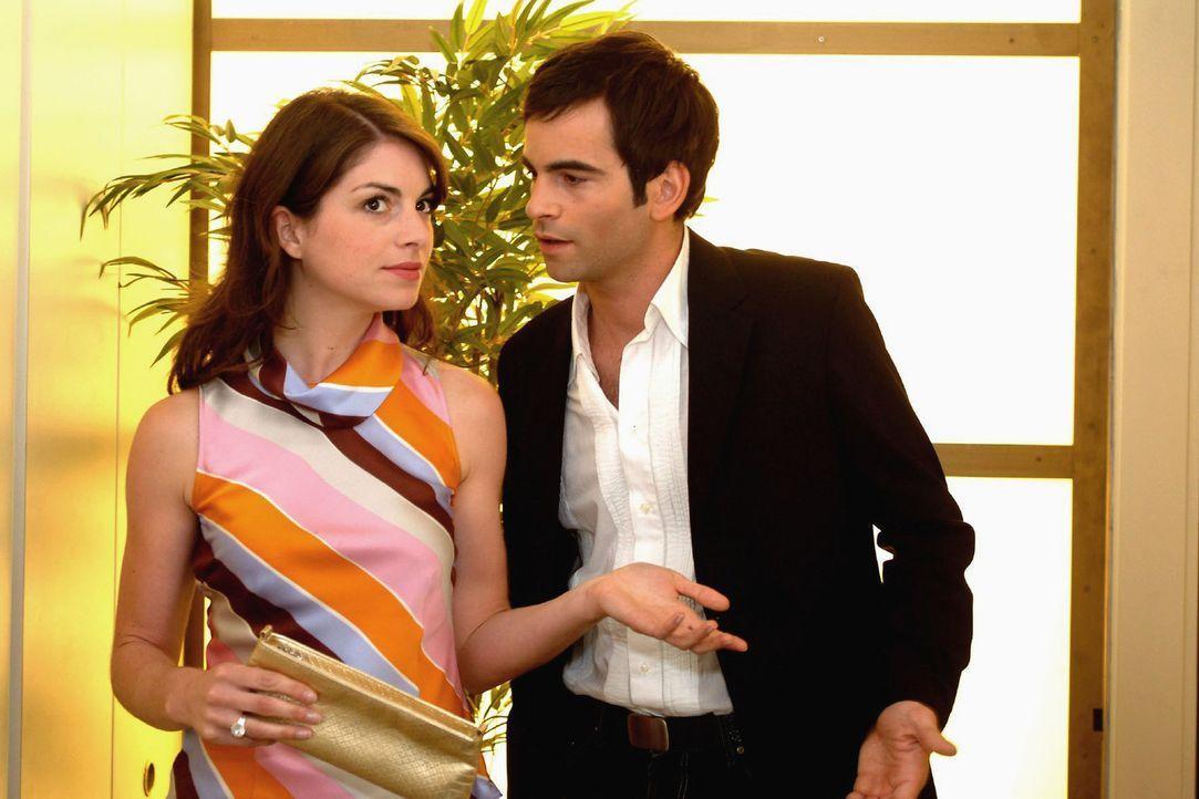 David (Mathis Künzler, r.) weist kategorisch Mariellas (Bianca Hein, l.) Rat zurück, sich mit Richard zusammenzusetzen und zu reden. - Bildquelle: Monika Schürle Sat.1