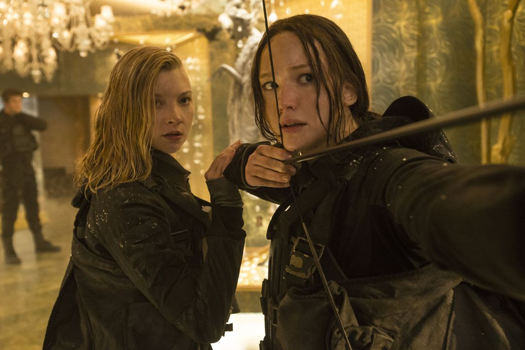 Schweren Herzens nimmt Katniss (Jennifer Lawrence, r.) ihre Rolle als Freiheitsikone an. Nun soll sie als das Gesicht der Rebellion gemeinsam mit an... - Bildquelle: Murray Close TM &   2015 Lions Gate Entertainment Inc. All rights reserved.