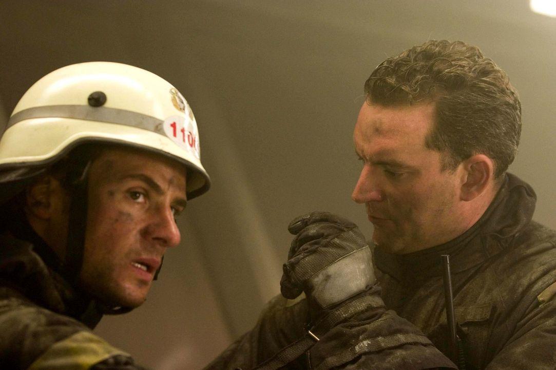 Nur den beiden jungen Feuerwehrmänner Tom (Stephan Luca, l.) und Henning (Christian Kahrmann, r.) gelingt es, in die brennende Restaurantetage des F... - Bildquelle: Algis Babravicius ProSieben