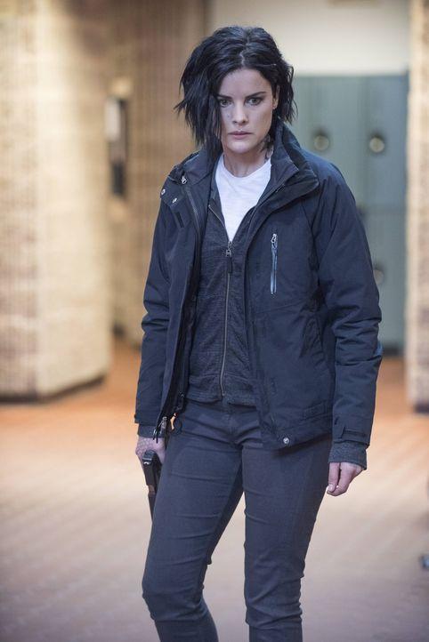 Noch ahnt Jane (Jaimie Alexander) nicht, dass Oscar die Leiche des ehemaligen CIA-Agenten Carter an einem sicheren Ort versteckt hält ... - Bildquelle: Warner Brothers