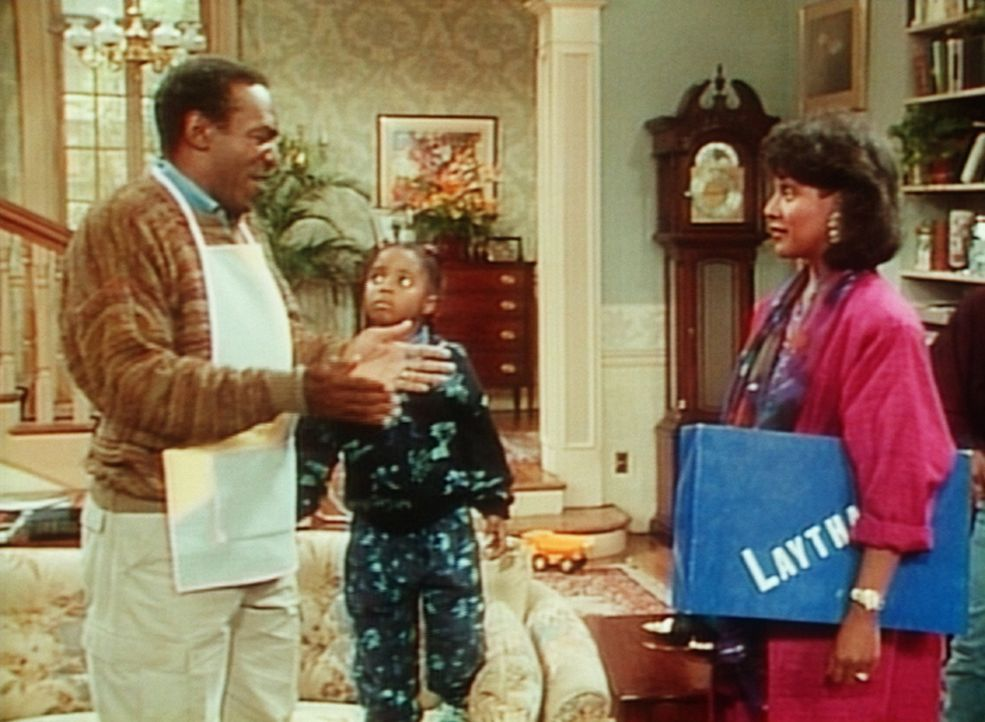 Rudy (Keshia Knight Pulliam, M.) hört gespannt zu, wie Cliff (Bill Cosby, l.) Clair (Phylicia Rashad, r.) erklärt, wie groß die Schlange im Kelle... - Bildquelle: Viacom