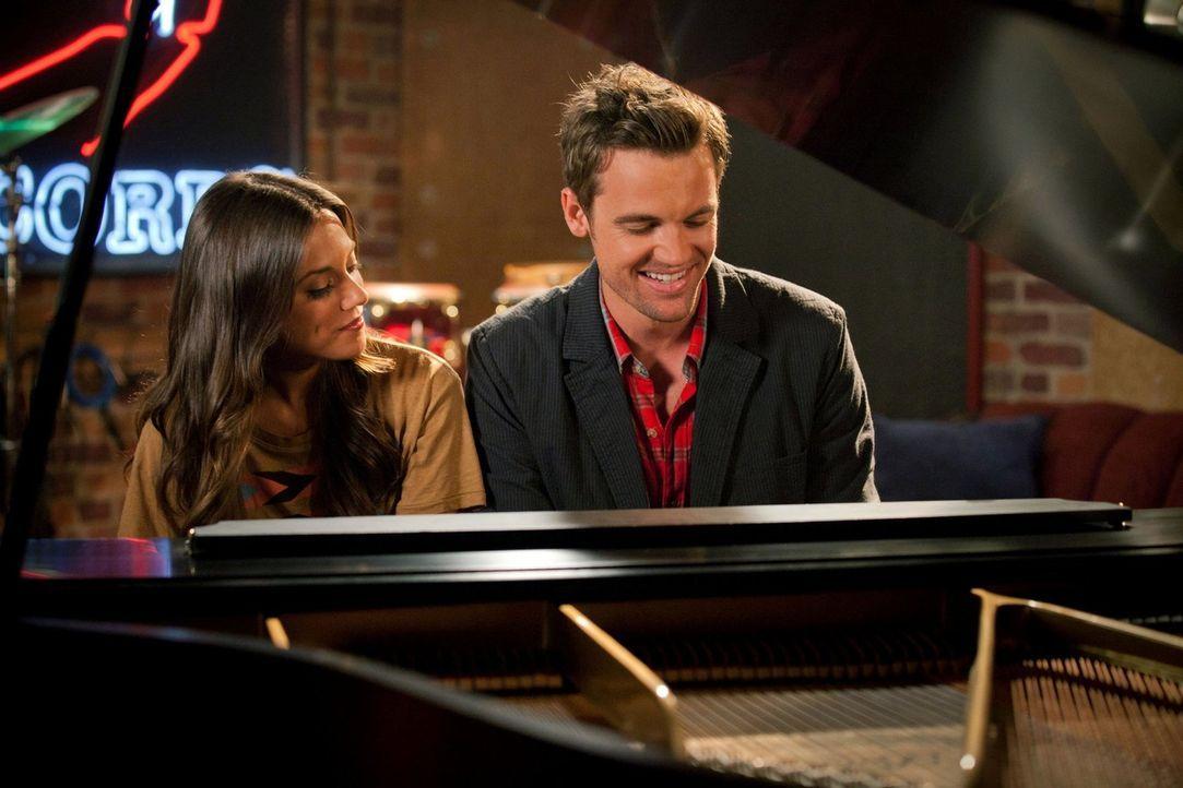 Chris (Tyler Hilton, r.) macht Alex (Jana Kramer, l.) ein verlockendes Angebot ... - Bildquelle: Warner Bros. Pictures