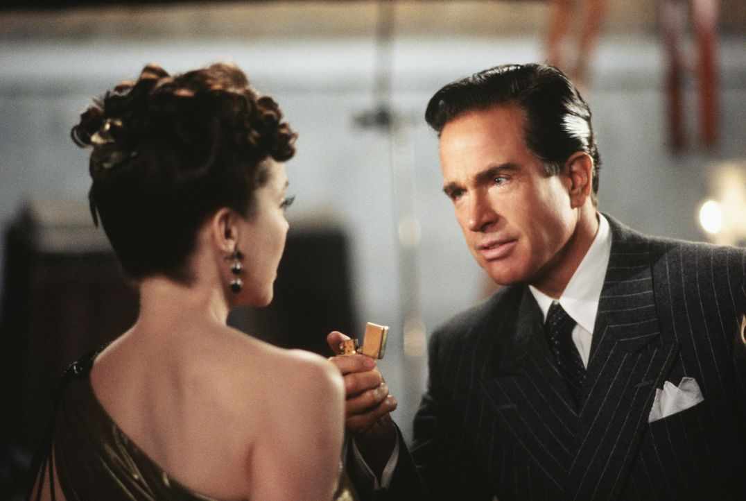 "Liebe auf den ersten Blick: Benjamin ""Bugsy"" Siegel (Warren Beatty, r.) ist von der bezaubernden Schauspielerin Virginia (Annette Bening, l.) hin un... - Bildquelle: CPT Holdings, Inc. All Rights Reserved."