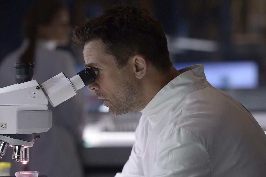 Alan (Billy Campbell) erkennt, dass nicht der Virus an sich, sondern die Geninformationen in dem Virus für das Verhalten und das Sterben der Patient... - Bildquelle: 2014 Sony Pictures Television Inc. All Rights Reserved.