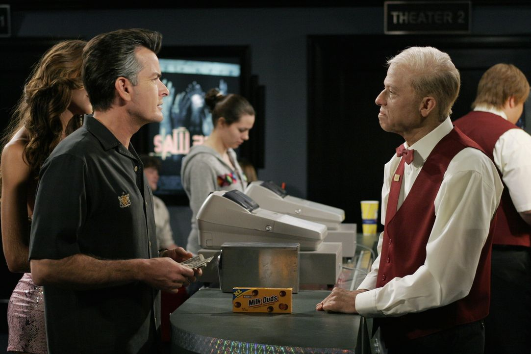 Ein realistischer Blick in die Zukunft?: Charlie (Charlie Sheen l.) und Alan (Jon Cryer, r.) ... - Bildquelle: Warner Brothers Entertainment Inc.
