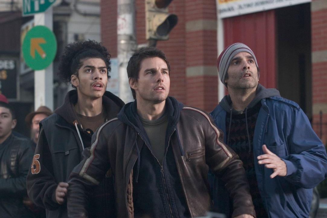 Ray Ferrier (Tom Cruise) traut seinen Augen nicht: Ein regelrechtes Blitzgewitter saust auf die Erde nieder und schlägt riesige Blitzeinschlagskrate... - Bildquelle: 2004 Paramount Pictures All Rights Reserved.