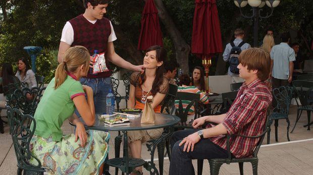 Da Summer (Rachel Bilson, 2.v.r.) und Seth (Adam Brody, 2.v.l.) wieder zusamm...