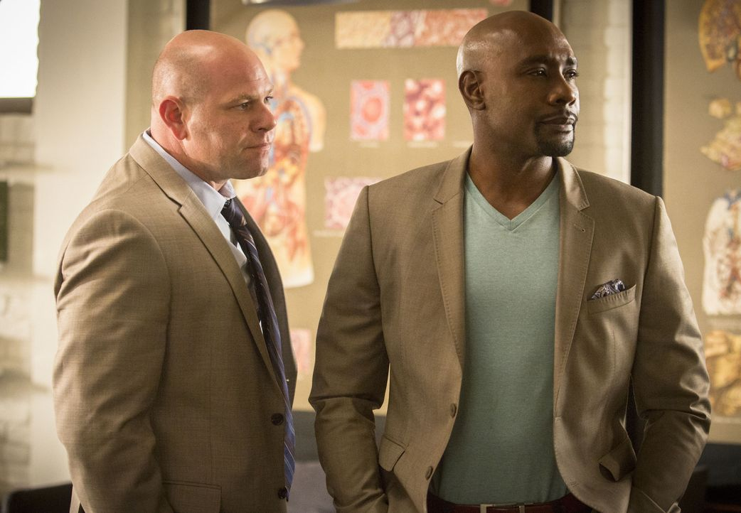 Während Hornstock (Domenick Lombardozzi, l.) alles versucht, um die FBI-Agenten in Schach zu halten, sieht sich Rosewood (Morris Chestnut, r.) mit e... - Bildquelle: 2015-2016 Fox and its related entities.  All rights reserved.