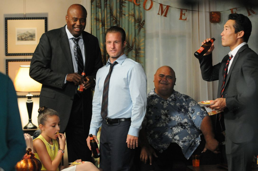 Ein ganz besonderes Thanksgiving-Fest: Lou Grover (Chi McBride, l.), Danny (Scott Caan, 2.v.l.), Kamekona (Taylor Wily, 2.v.r.) und Chin (Daniel Dae... - Bildquelle: 2013 CBS BROADCASTING INC. All Rights Reserved.