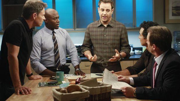 Männergespräche: Sheldon (Brian Benben, r.), Cooper (Paul Adelstein, M.), Sam...