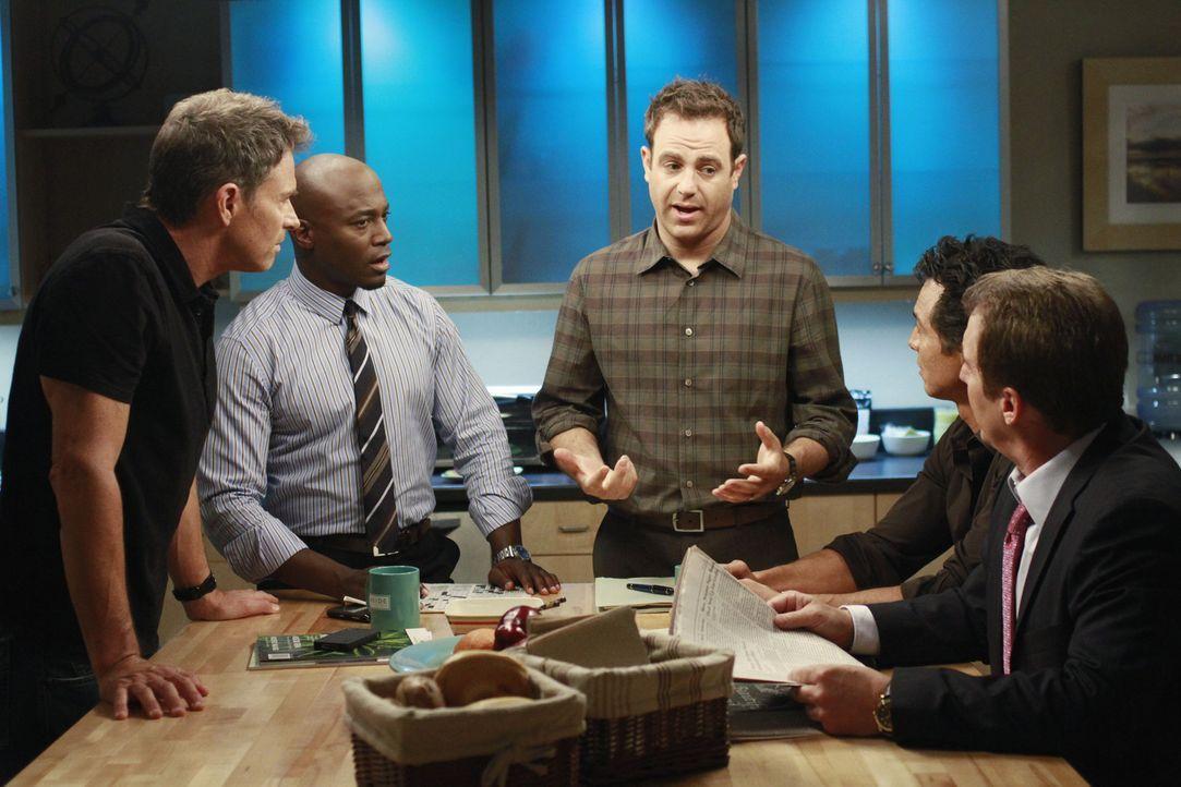 Männergespräche: Sheldon (Brian Benben, r.), Cooper (Paul Adelstein, M.), Sam (Taye Diggs, 2.v.l.), Jack (Benjamin Bratt, 2.v.r.) und Pete (Tim Da... - Bildquelle: ABC Studios