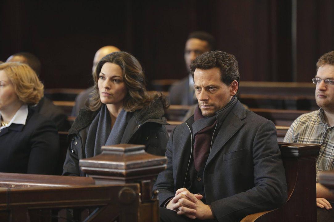 Werden Jo (Alana De La Garza, l.) und Henry (Ioan Gruffudd, r.) Abigails Verschwinden aufklären? - Bildquelle: Warner Bros. Television