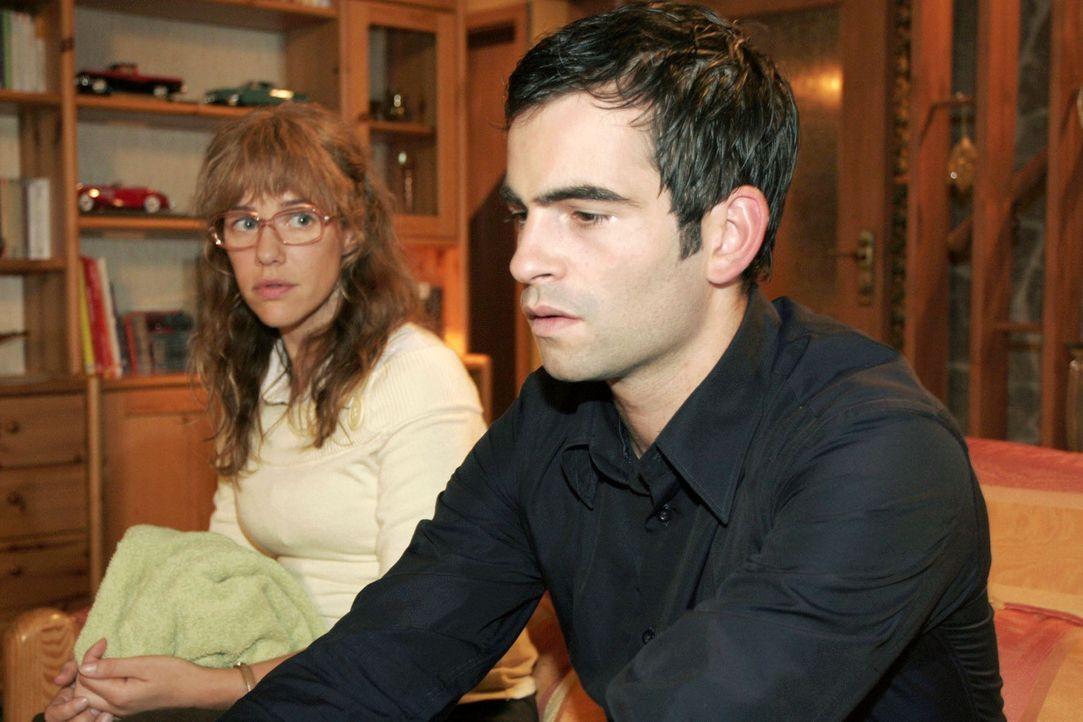 Nach dem Eklat mit Sophie sucht und findet der verzweifelte David (Mathis Künzler, r.) Trost bei Lisa (Alexandra Neldel, l.). (Dieses Foto von Alex... - Bildquelle: Noreen Flynn Sat.1