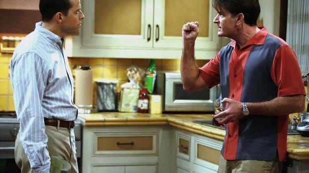 Charlie (Charlie Sheen, r.) leiht sich von Alan (Jon Cryer, l.) 38 Dollar, da...