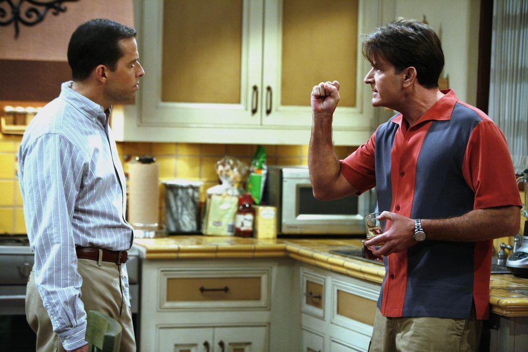 Charlie (Charlie Sheen, r.) leiht sich von Alan (Jon Cryer, l.) 38 Dollar, damit er nicht an den Geldautomaten muss und verspricht ihm, es am nächst... - Bildquelle: Warner Brothers Entertainment Inc.