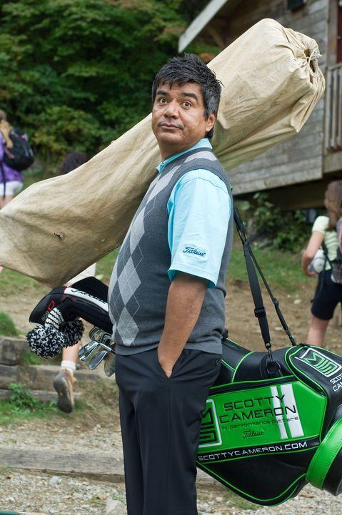 Noch glaubt Eddie (George Lopez), dass ein Sommercamp für Mädchen viel Spielraum für Eigeninteressen lässt. Weit gefehlt ... - Bildquelle: 2010 Warner Brothers