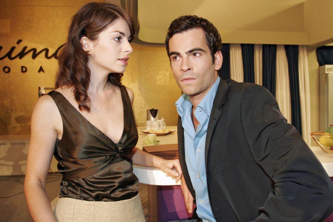 """Mariella (Bianca Hein, l.) wirft David (Mathis Künzler, r.) bezüglich """"B.STYLE"""" Untätigkeit vor. - Bildquelle: Noreen Flynn Sat.1"""