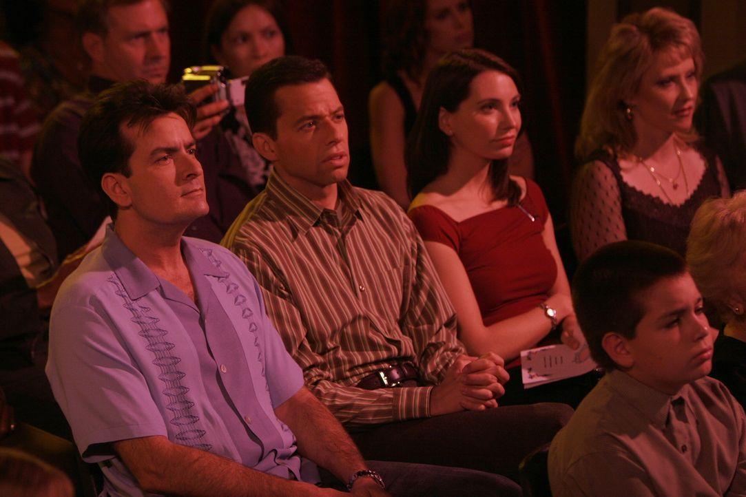 Charlie (Charlie Sheen, l.) und Alan (Jon Cryer, 2.v.l.) sehen Jake gespannt bei seiner Aufführung zu ... - Bildquelle: Warner Brothers Entertainment Inc.