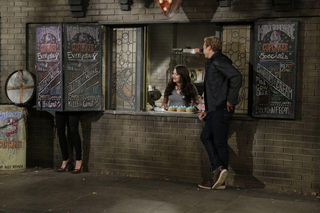 Als Candy Andy (Ryan Hansen, r.) am Cupcake-Fenster von Max (Kat Dennings, M.) und Caroline (Beth Behrs, l.) auftaucht, gelingt es Caroline nicht ga... - Bildquelle: Warner Brothers