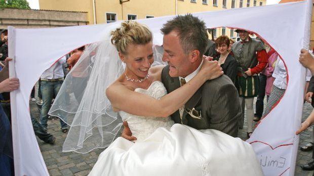 Hochzeitsspiele, Sven Fischer mit Braut_ dpa - Bildfunk